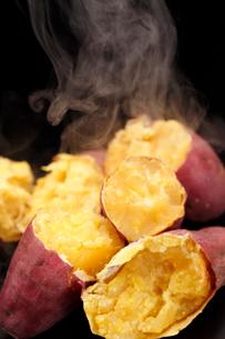 焼き芋(さつま芋)の写真素材 [FYI01425372]