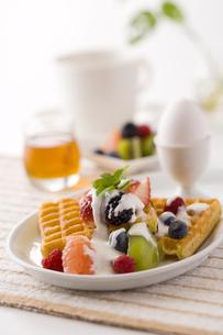 朝食ワッフルの写真素材 [FYI01425383]
