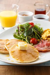 朝食のパンケーキの写真素材 [FYI01425402]
