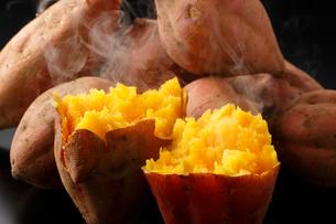 焼き芋・安納芋の焼き芋の写真素材 [FYI01425410]