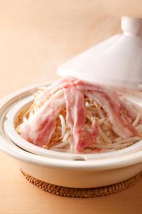 タジン鍋(もやしと豚肉)の写真素材 [FYI01425431]