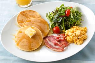朝食のパンケーキの写真素材 [FYI01425472]