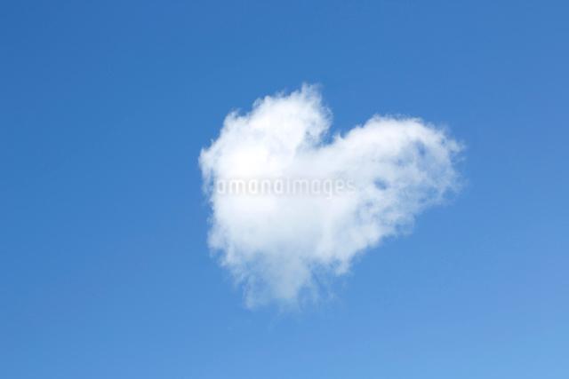 空・雲・青空・ハート型雲の写真素材 [FYI01425497]