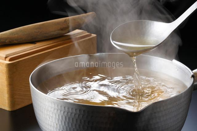 鰹節の出汁をとるの写真素材 [FYI01425617]