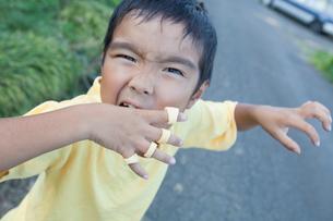 おどけた表情をする男の子の写真素材 [FYI01425700]