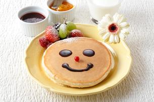 パンケーキ・笑顔の写真素材 [FYI01425748]