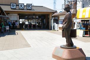寅さんの銅像(東京京成金町線柴又駅前)の写真素材 [FYI01425831]