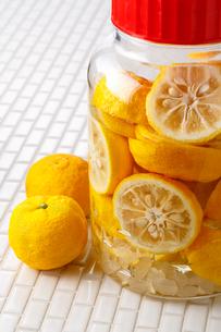 柚子酒を作る・柚子の写真素材 [FYI01425834]