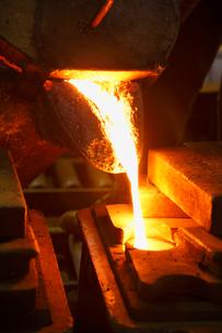 鉄・鋳物工場・鉄を溶かすの写真素材 [FYI01425852]