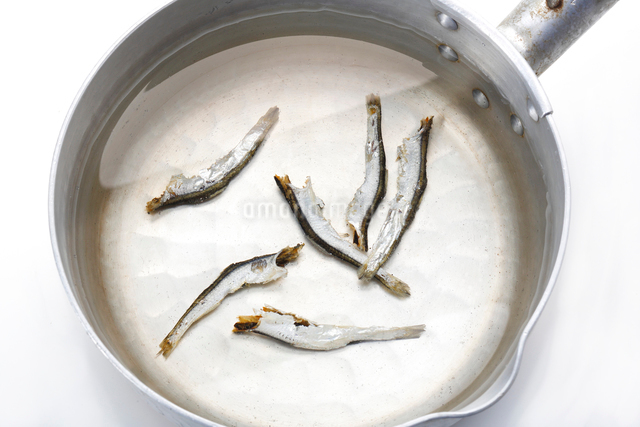 煮干しで出汁をとるの写真素材 [FYI01425936]