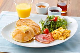 朝食のパンケーキの写真素材 [FYI01426154]