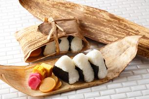 竹の皮 おにぎりの写真素材 [FYI01426182]