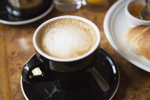 黒いカップのカフェオレの写真素材 [FYI01426288]