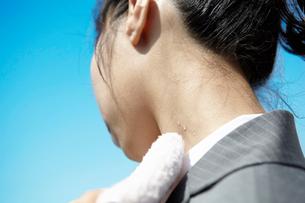汗を拭く女性の写真素材 [FYI01426409]