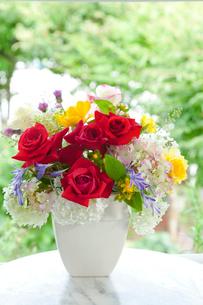 花瓶の花 バラとアジサイとトリテレイアとヒペリカムの写真素材 [FYI01426481]