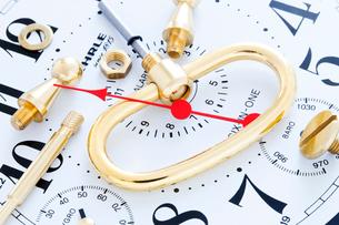 壊れた時計の部品の写真素材 [FYI01426821]