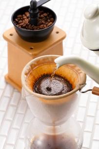 コーヒーを淹れる・ネルドリップの写真素材 [FYI01426939]