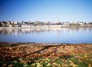 ロワール川の落葉とブロワの町の写真素材 [FYI01427035]