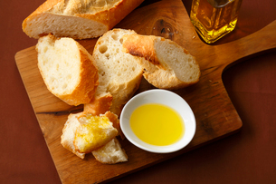 オリーブオイルとパンの写真素材 [FYI01427109]