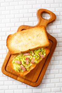 キャベツとベーコンのサンドイッチ(ホット)の写真素材 [FYI01427170]