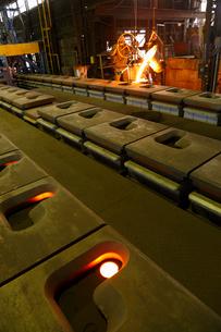 鉄・鋳物工場・鉄を溶かすの写真素材 [FYI01427294]