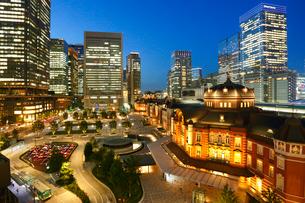 東京駅駅前広場夜景の写真素材 [FYI01427307]