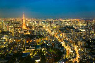 都心の夜景(六本木ヒルズより東京タワーを見る)の写真素材 [FYI01427350]