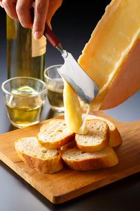 ラクレットチーズとフランスパンの写真素材 [FYI01427376]