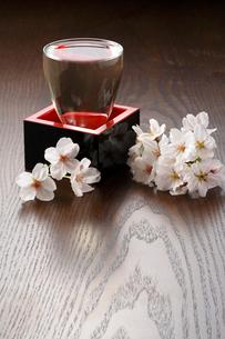 桜と日本酒の写真素材 [FYI01427397]