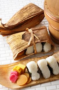 竹の皮・おにぎりの写真素材 [FYI01427501]