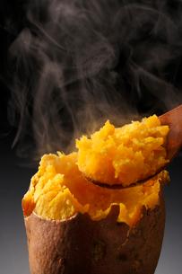 安納芋の焼き芋・焼き芋の写真素材 [FYI01427523]