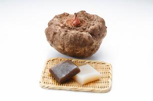 こんにゃく芋とこんにゃくの写真素材 [FYI01427542]