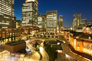 東京駅駅前広場夜景の写真素材 [FYI01427572]