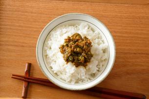 ふきのとう味噌(ふき味噌)とご飯の写真素材 [FYI01427589]