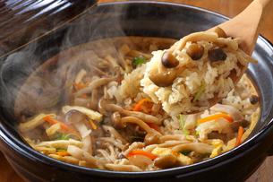 しめじ・しめじご飯・炊き込みご飯・土鍋の写真素材 [FYI01427608]