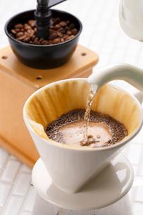 コーヒーを淹れる・フィルタードリップの写真素材 [FYI01427665]