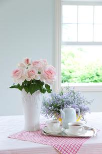 白い花瓶のバラの花と紅茶 窓の写真素材 [FYI01427702]