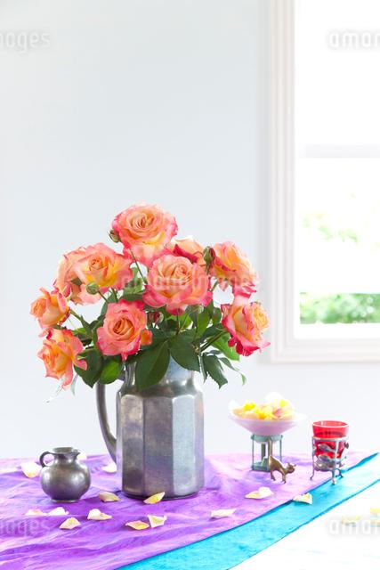 水差しに入ったオレンジ色のバラの花の写真素材 [FYI01427858]