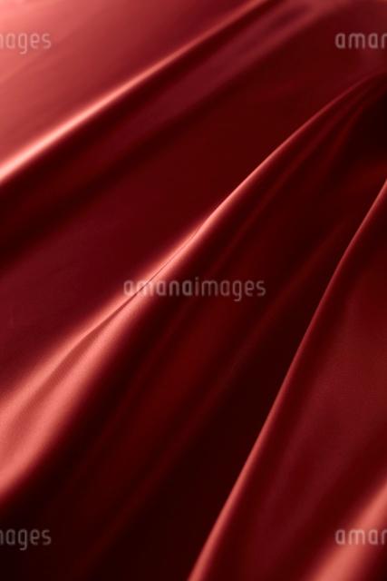 シルクの赤い布のドレープの写真素材 [FYI01427867]