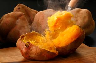 安納芋の焼き芋の写真素材 [FYI01427901]
