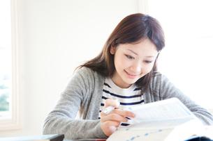 勉強する女子大生の写真素材 [FYI01428121]