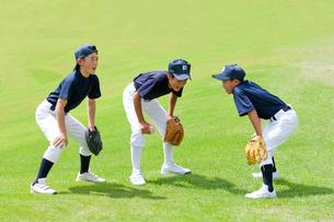 気合いのコールをする小学生の野球少年の写真素材 [FYI01428138]