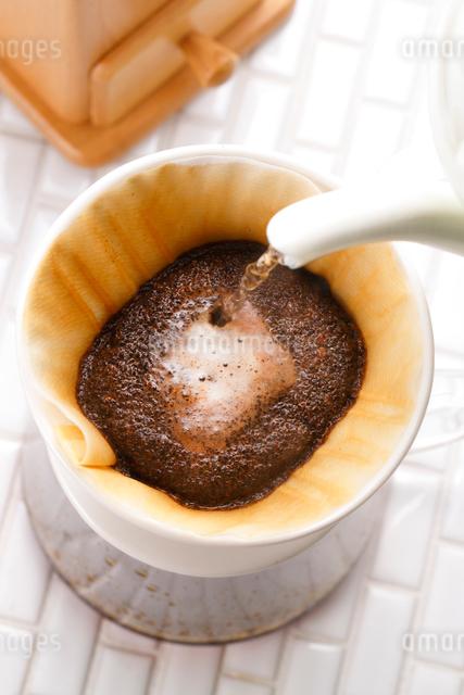 コーヒーを淹れる・フィルタードリップの写真素材 [FYI01428183]