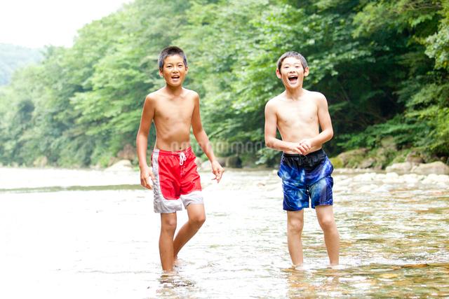 夏の川で遊ぶ子供たちの写真素材 [FYI01428203]