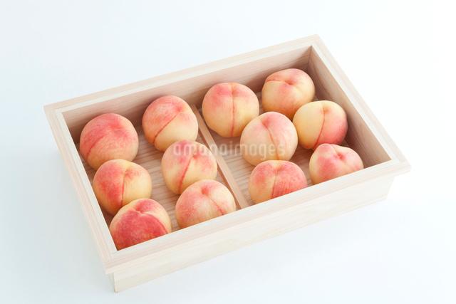 木箱に入った桃 白鳳の写真素材 [FYI01428212]