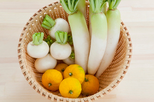 カゴに入った野菜の写真素材 [FYI01428233]