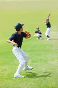 ピッチング練習する小学生の野球少年の写真素材 [FYI01428299]