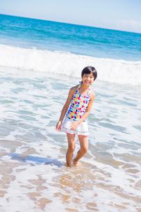 渚で遊ぶ水着の女の子の写真素材 [FYI01428598]