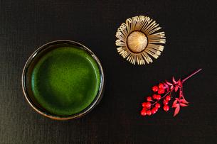 抹茶とナンテンの実の写真素材 [FYI01428667]