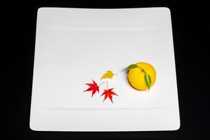 白い皿とユズと紅葉の葉の写真素材 [FYI01428683]